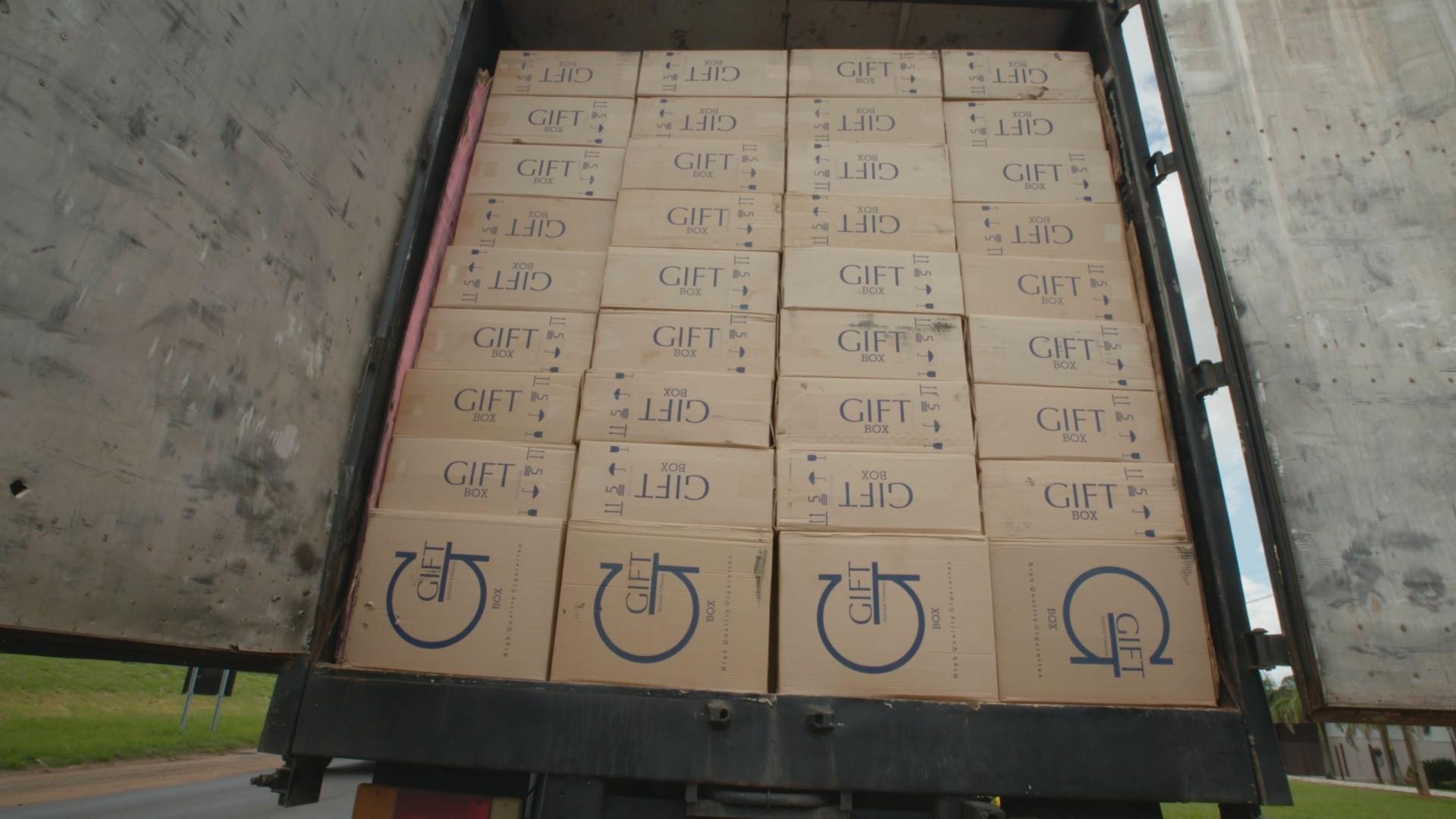 Caminhão apreendido com centenas de caixas de cigarro ilegal da Gift, vindas do Paraguai (Foto: Reprodução)