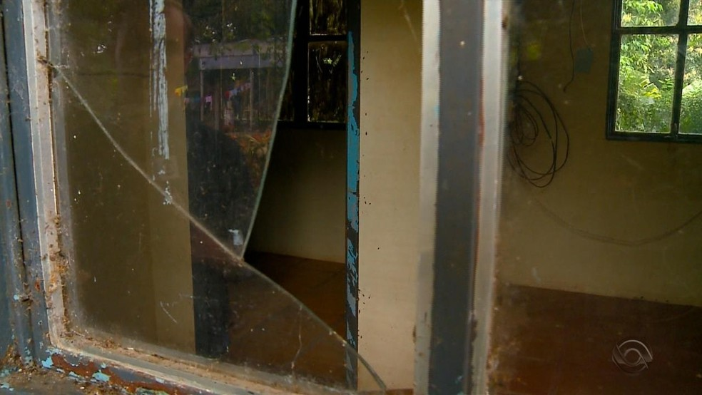 Posto está com as janelas quebradas e completamente abandonado (Foto: Reprodução/RBS TV)