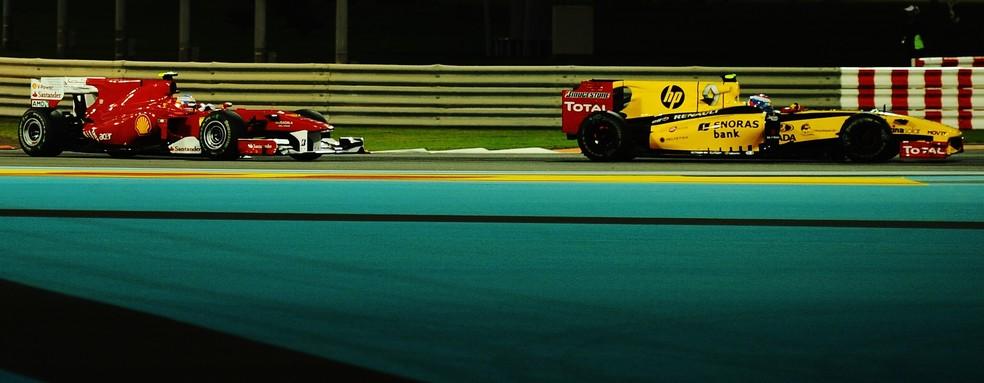 Alonso ficou preso atrás de Petrov no GP de Abu Dhabi de 2010 e perdeu o título (Foto: Getty Images)