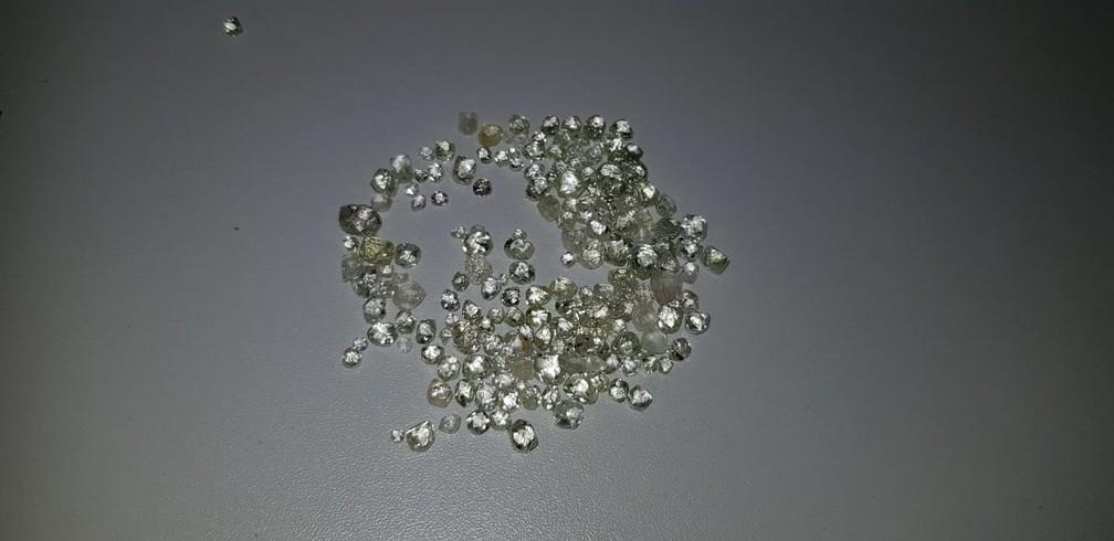 Polícia recebeu denúncia e prendeu 2 pessoas com 470 pedras de diamante em Comodoro — Foto: Polícia Civil de Mato Grosso/Divulgação