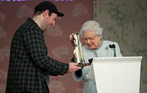 Rainha Elizabeth II entrega prêmio para Richard Quinn (Foto: Getty Images)