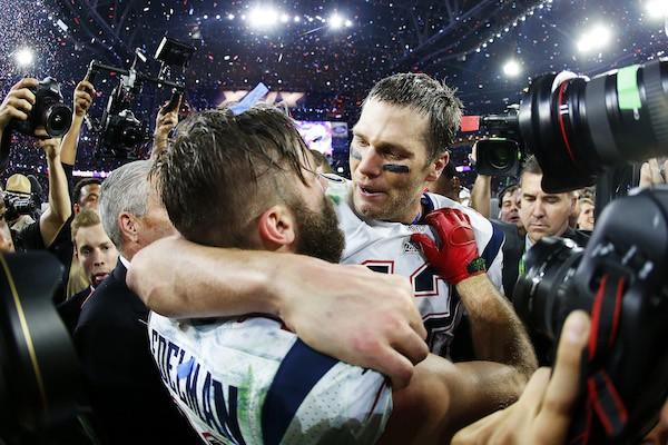 O jogador de futebol americano Julian Edelman com Tom Brady (Foto: Getty Images)