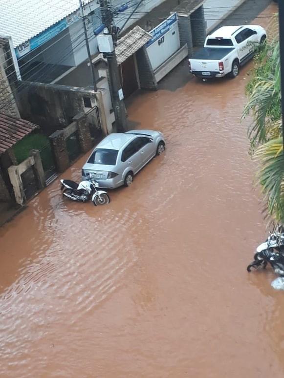 Chuva forte alaga ruas em Itaperuna, no RJ  - Radio Evangelho Gospel