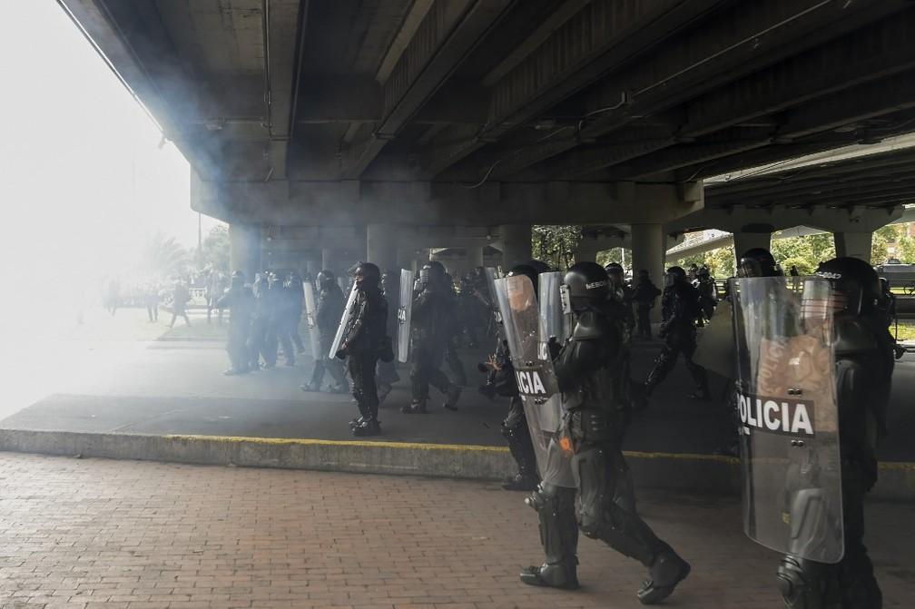 Polícia dispara gás lacrimogêneo para dispersar manifestantes em Bogotá — Foto: Juan Barreto/AFP