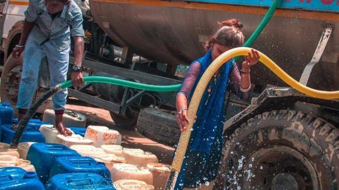 Assentamentos de Déli dependem de carros-pipa para suprir abastecimento de água (Foto: BARCROFT MEDIA)