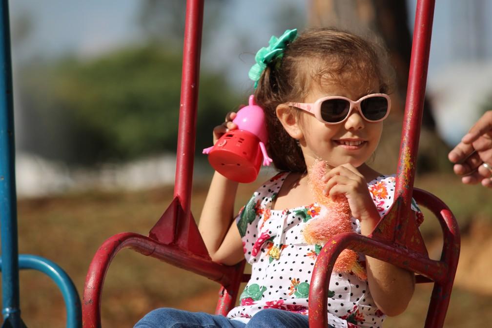 Criança tem rotina comum após procedimento realizado em 2016 (Foto: Carlos Dias/G1)