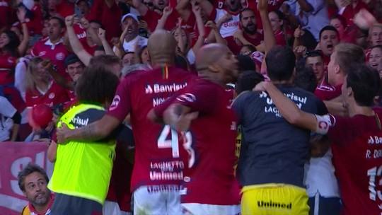 Mantuan chora após falha decisiva no Corinthians e é amparado até por jogadores do Inter
