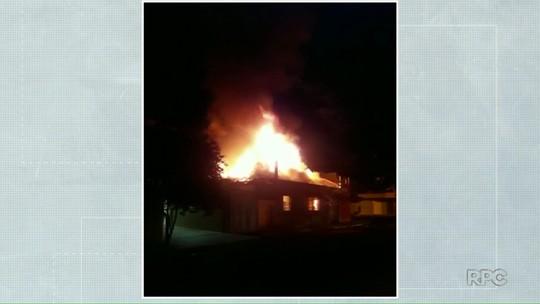 Incêndio destrói casa durante a madrugada em Jataizinho
