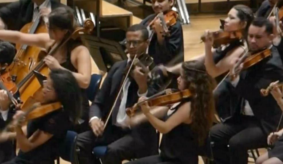 Christian (ao centro) em ação na Orquestra Sinfônica do Estado: talento reconhecido e chance no exterior (Foto: TV TEM/Reprodução)