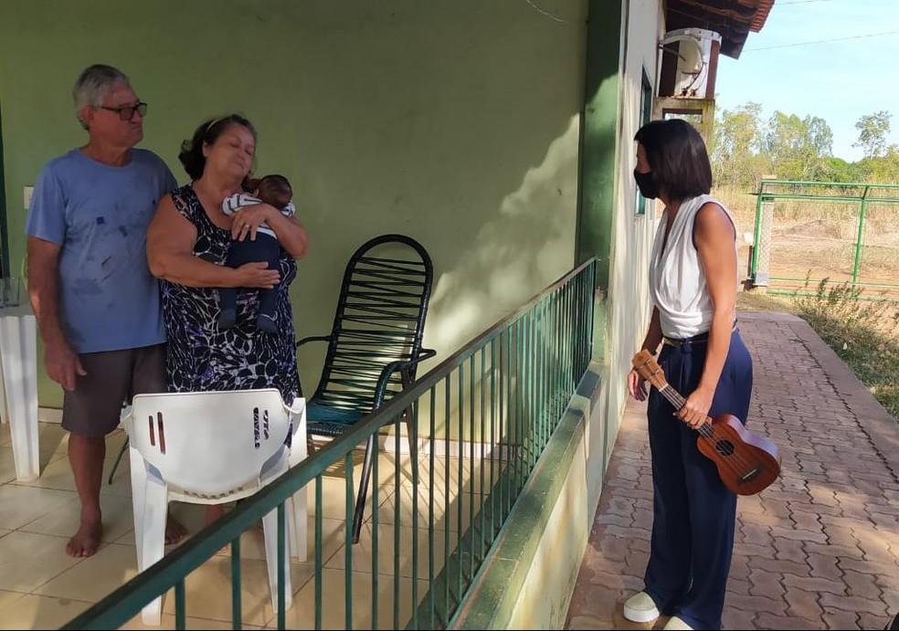 Roserlene da Silva leva música aos moradores isolados em MT — Foto: Divulgação