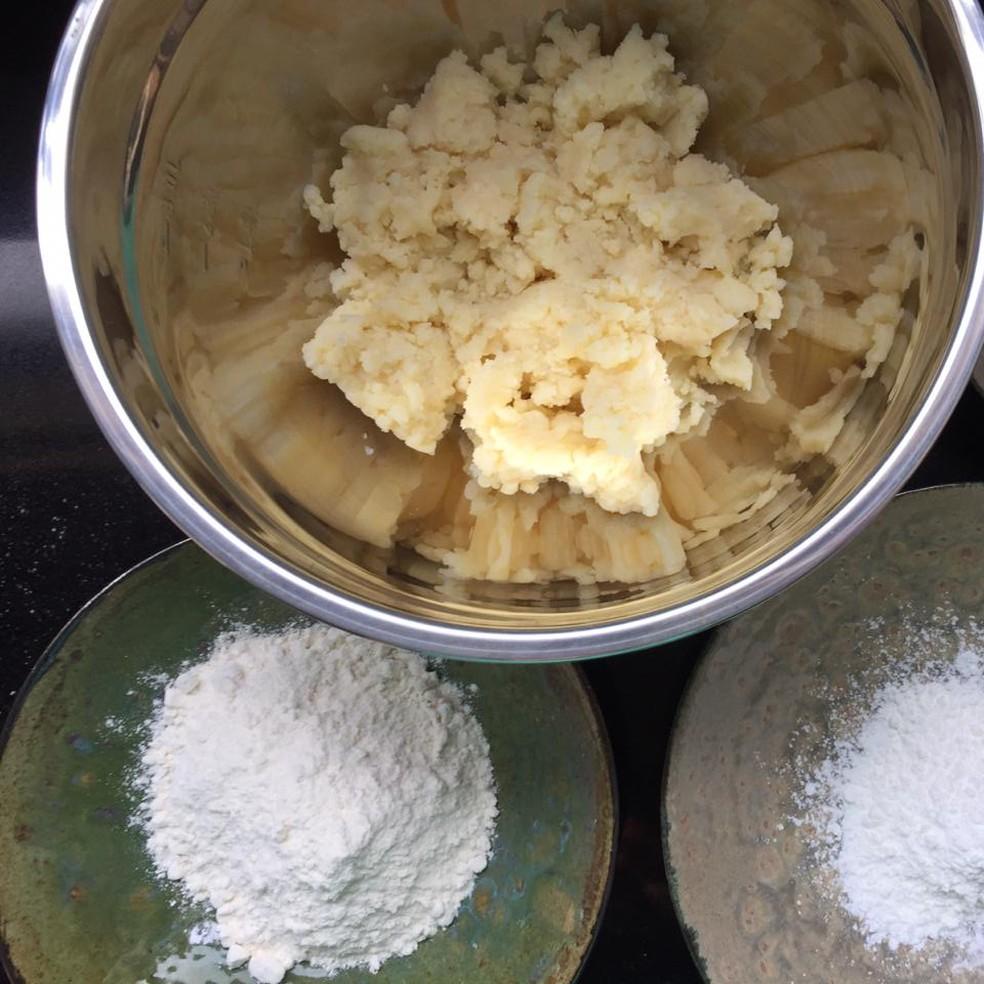 Massa de batata, farinha de trigo, amido de milho e ovo são alguns dos ingredientes da receita de nhoque de batatas — Foto: Wilton Troiani