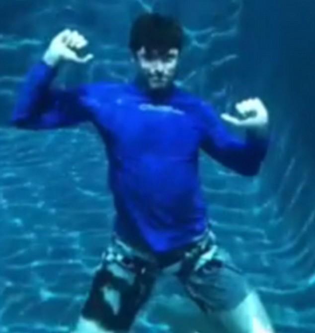 O ator Hugh Jackman com sua coreografia romântico dentro de uma piscina (Foto: Instagram)