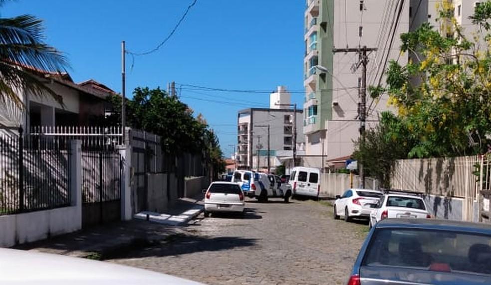 Abordagem policial no Centro de Guarapari — Foto: Paulo Roberto/VC no ES1