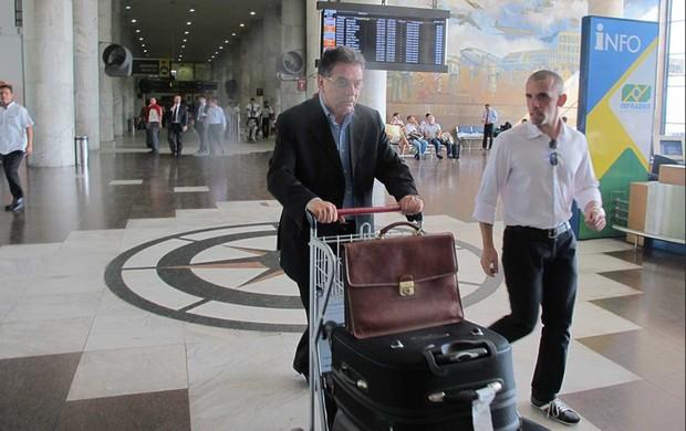 De malas, mas sem cuia, Pelaipe chega ao Rio: 'Sou vermelho e preto'