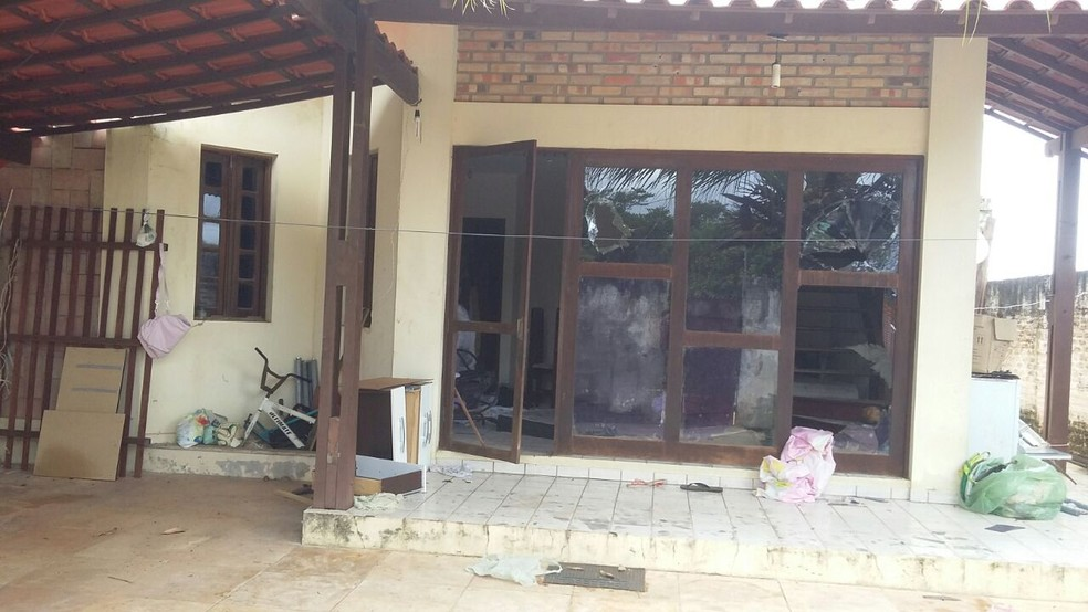 Na casa encontrada pela polícia em Cotovelo (RN), marcas de tiros são vistas nas vidraças (Foto: Sérgio Henrique/ Inter TV Cabugi )