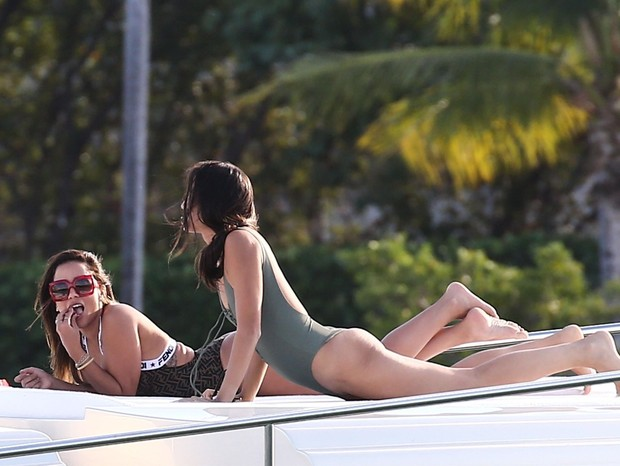 Miami, FL  - Brazilian singer Anitta relaxes in the sun on a yacht Miami. Anitta looks stunning in a Fendi swimsuit as she lounges on the front of the yacht, and glances at the camera a few times as she passes by.Pictured: AnittaBACKGRID USA 28 OC (Foto: VAEM / BACKGRID)
