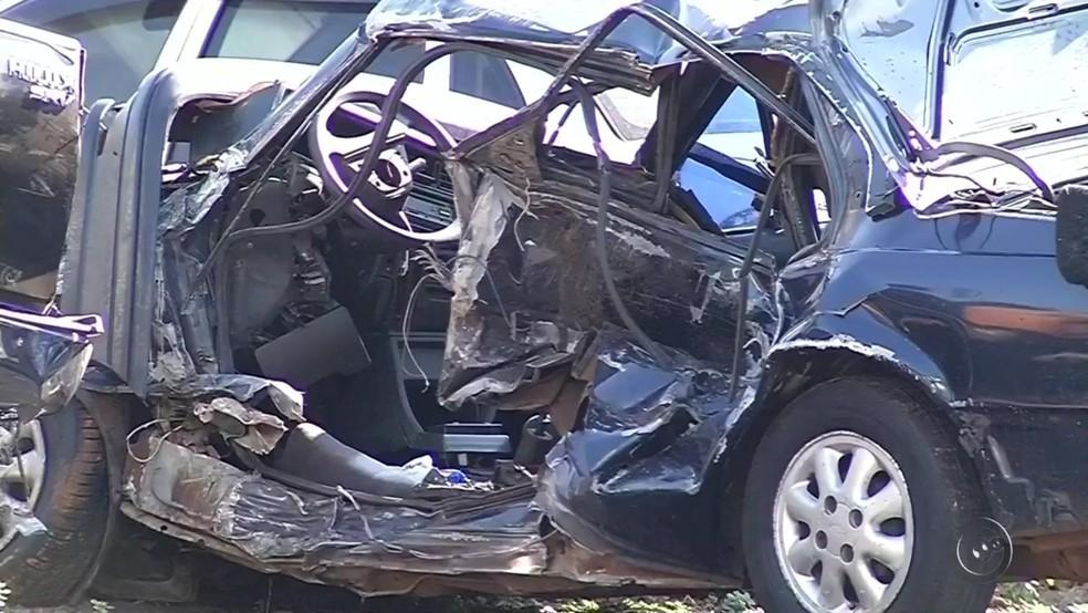 Acidente em Cosmorama destruiu veículo (Foto: Reprodução/TV Tem)