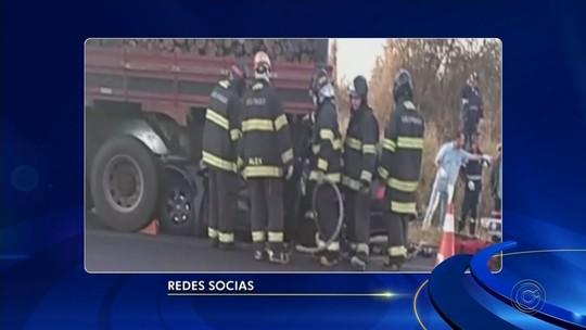 Músicos morrem após carro entrar embaixo de carreta carregada com madeira