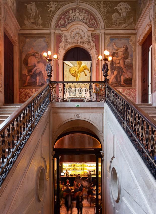 Escadas com corrimãos rebuscados levam ao salão de jantar do andar de cima (Foto: Alexander Bogorodskiy/ Designboom/ Reprodução)