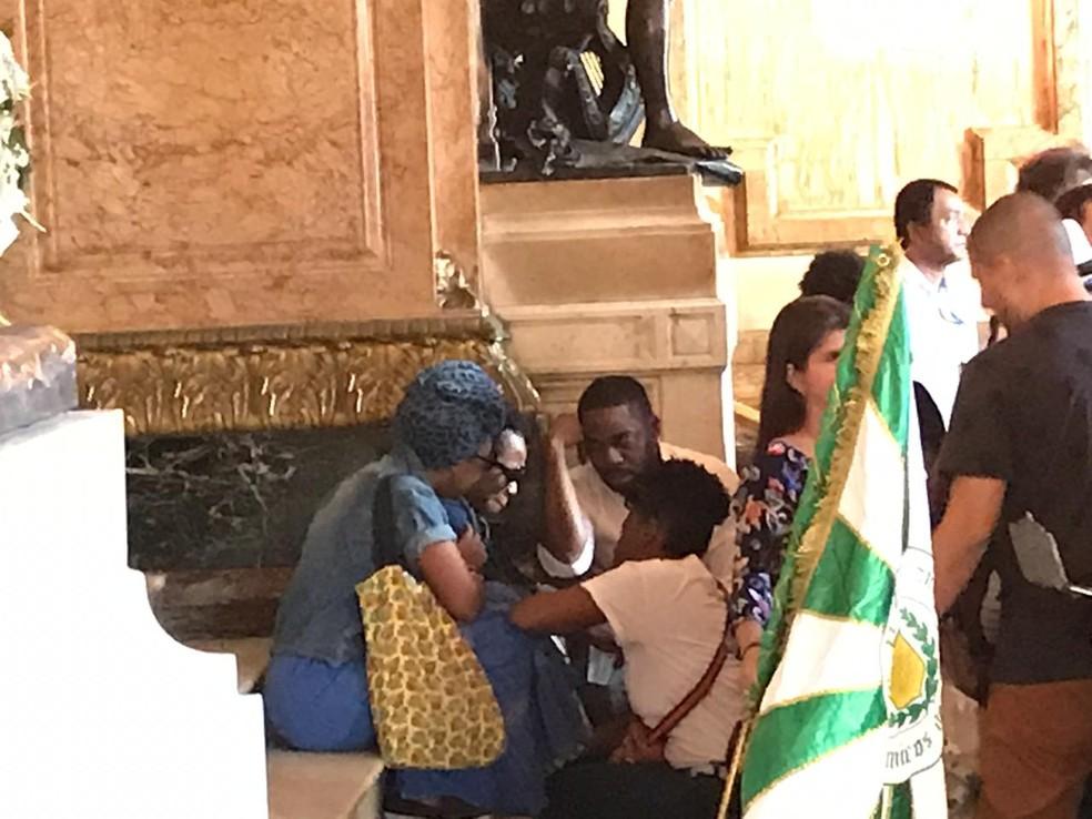 Ator Lázaro Ramos consola amigos e parentes no velório de Ruth de Souza — Foto: Fernanda Rouvenat/G1