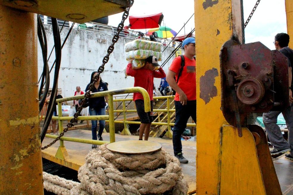 Movimentação nas balsas atracadas na orla de Manaus é intensa. Muitos trabalhadores informais atuam na área  (Foto: Leandro Tapajós/G1 AM)