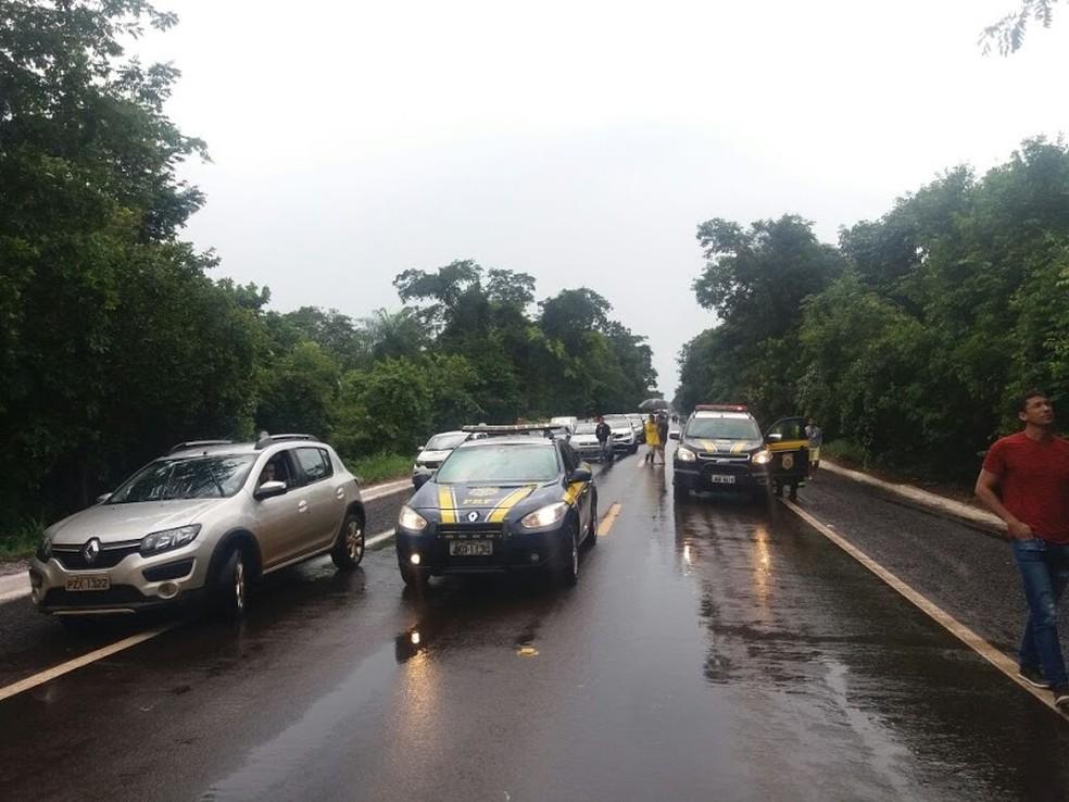Interdição no km 478 da BR-262, em Anastácio (MS), por causa das fortes chuvas (Foto: PRF/Divulgação)