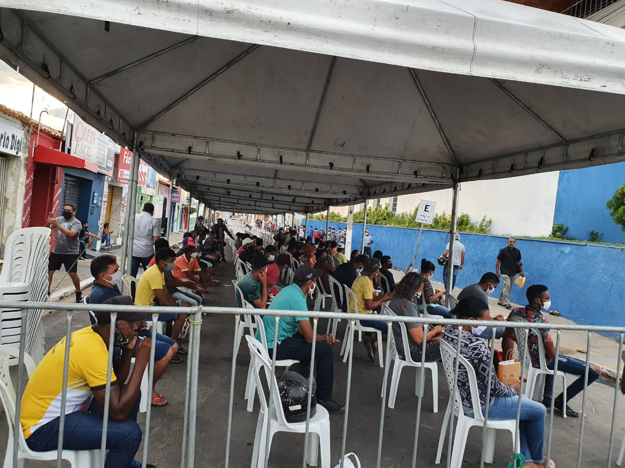 Tendas e cadeiras são colocadas em agências bancárias no Piauí para evitar aglomerações