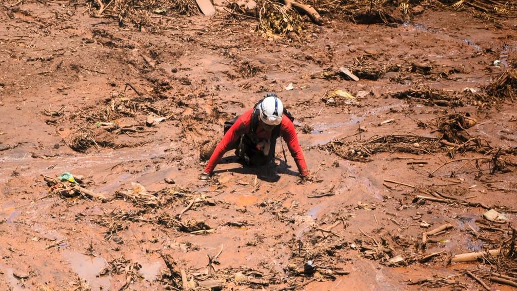 Bombeiro durante trabalho de buscas por desaparecidos — Foto: Lucas Sandonato