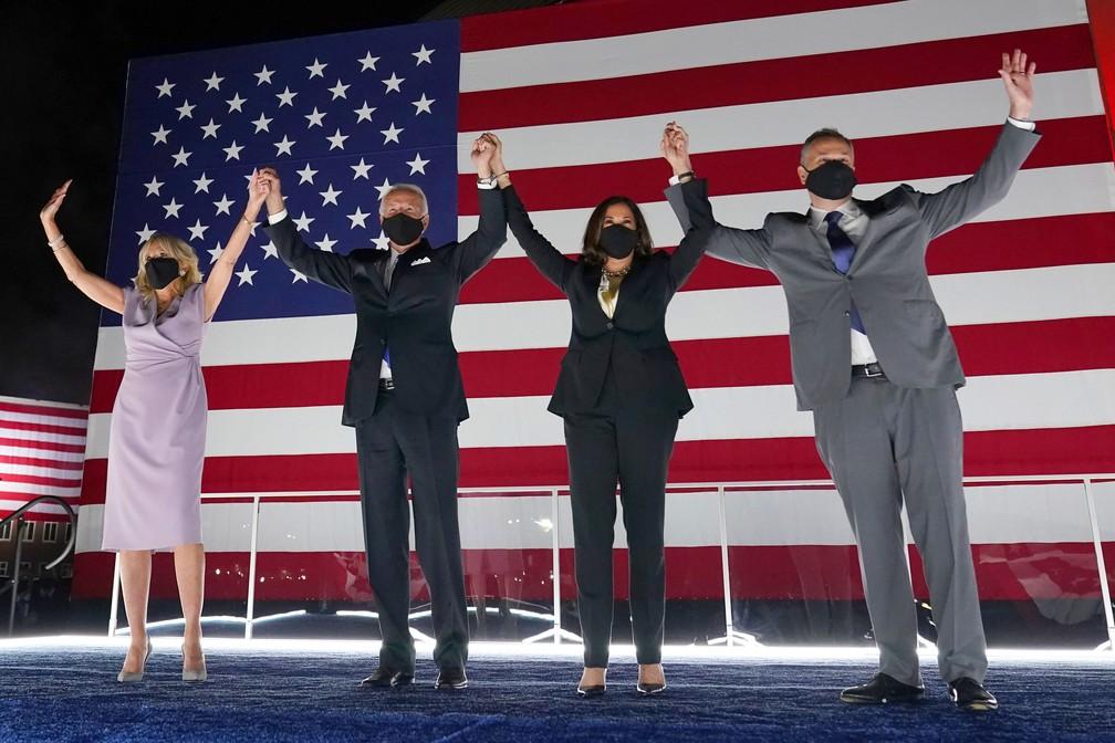 Foto de 20 de agosto mostra o  candidato democrata à presidência Joe Biden e sua esposa Jill Biden são vistos ao lado da candidata democrata à vice-presidência, a senadora Kamala Harris, e seu marido Doug Emhoff, durante o quarto dia da Convenção Nacional Democrata no Chase Center em Wilmington, Delaware  — Foto: Andrew Harnik/AP/Arquivo