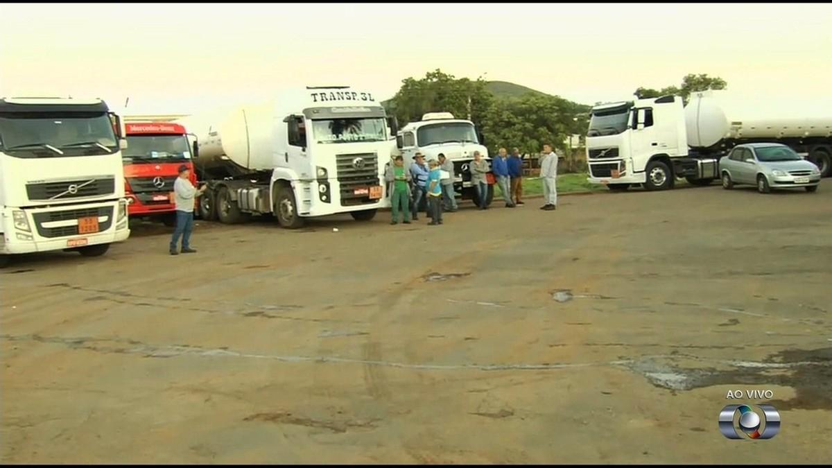 Motoristas bloqueiam distribuidora de combustíveis em Senador Canedo em protesto contra preço alto