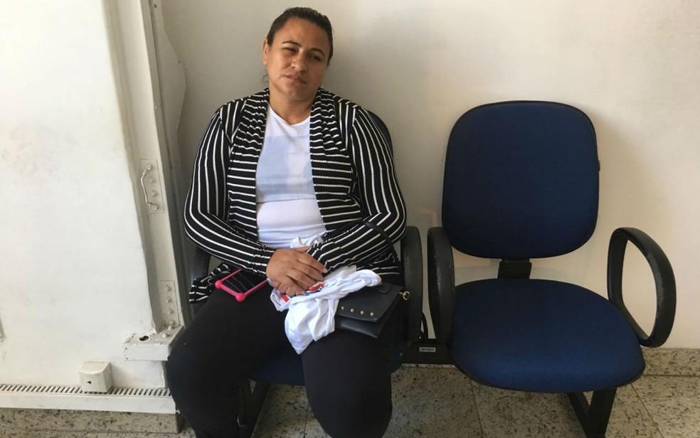 Cristina Batista Lima é mãe da vítima e testemunhou o crime. Ela passou mal e foi retirada da sessão — Foto: Itana Alencar/G1BA