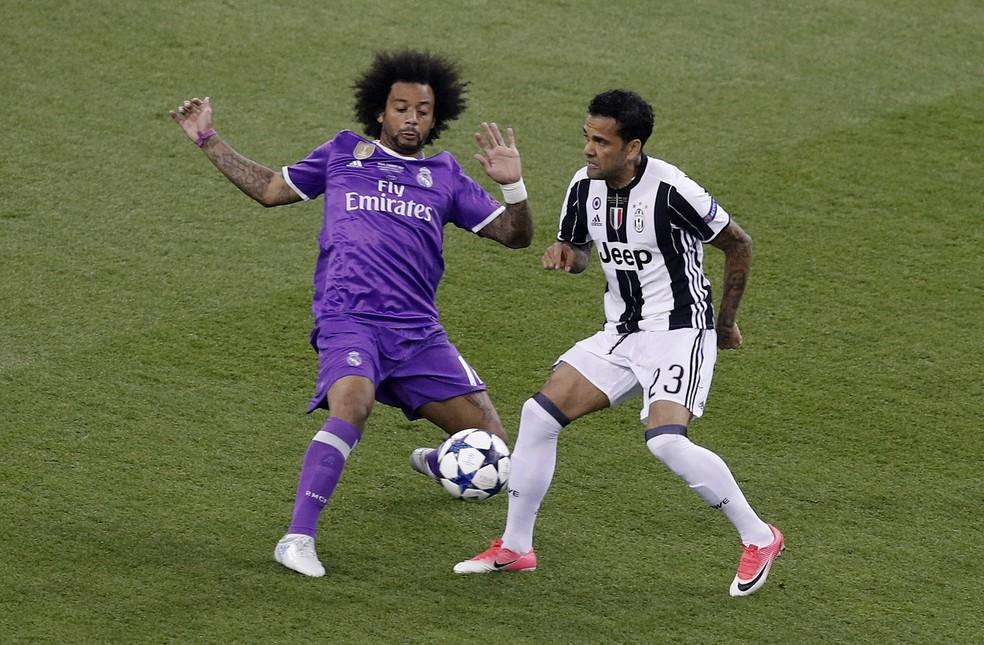 Finalistas da Liga dos Campeões e companheiros de Seleção, Daniel Alves e Marcelo entraram na seleção de 2017 (Foto: Reuters)