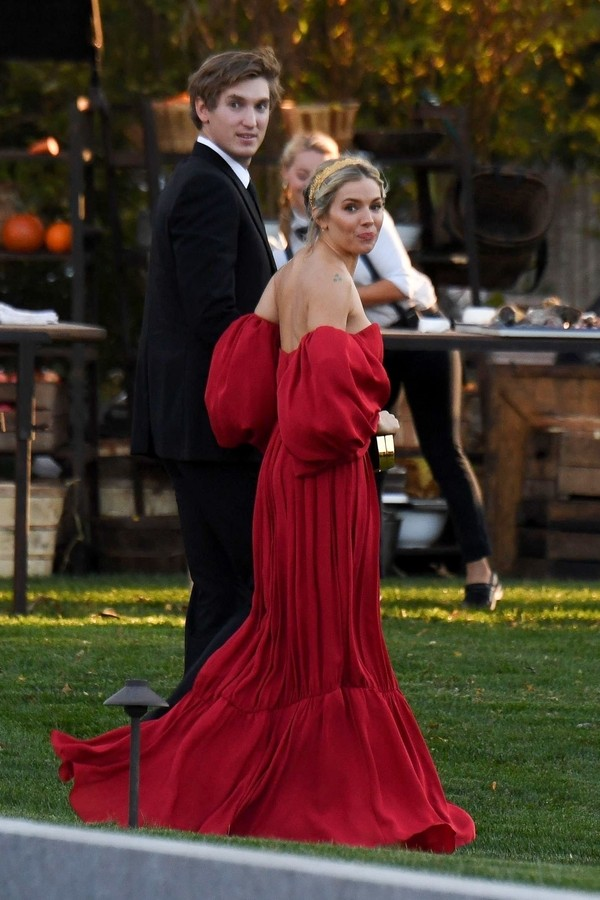 Newport, RI  - Celebrities guests arrive to Jennifer Lawrence and Cooke Maroney's wedding in Newport, Rhode Island.Pictured: Sienna MillerBACKGRID USA 19 OCTOBER 2019 USA: +1 310 798 9111 / usasales@backgrid.comUK: +44 208 344 2007 / uksal (Foto: JosiahW / BACKGRID)