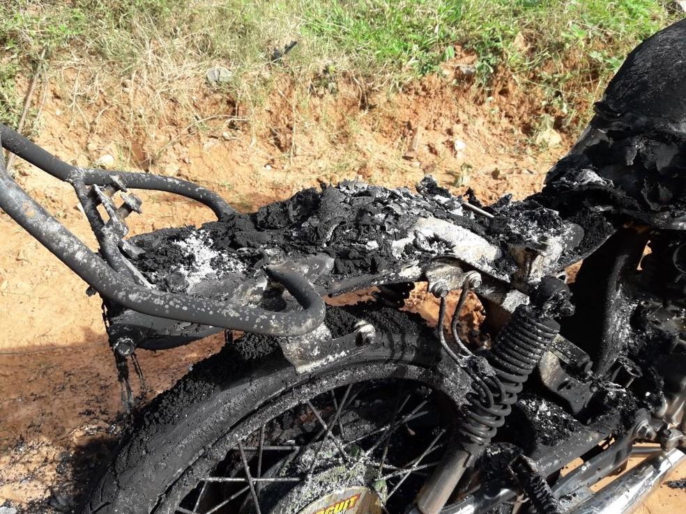 Corpo e motocicleta queimada foram encontrados em uma estrada rural em Presidente Prudente (Foto: Betto Lopes/ TV Fronteira)