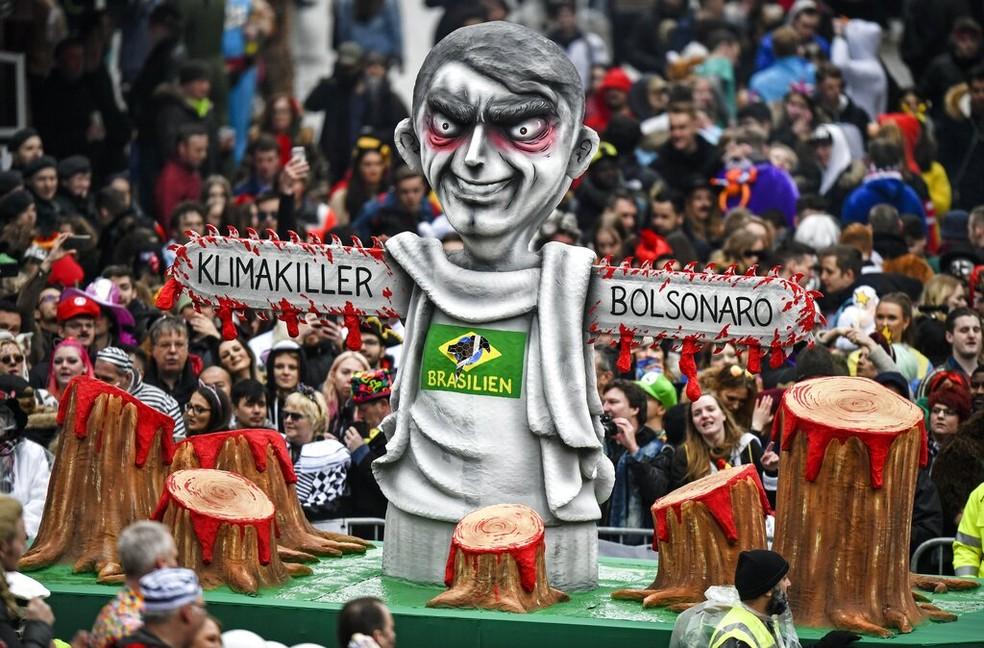 """Figura retrata Bolsonaro como """"assassino do clima"""" em desfile de carnaval de Duesseldorf, Alemanha — Foto: AP Photo/Martin Meissner"""