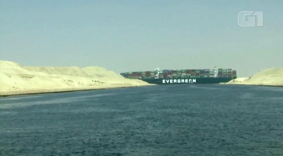 Meganavio que encalhou na terça-feira (23) no Canal de Suez, no Egito, causou um grande congestionamento naval — Foto: Reprodução/G1