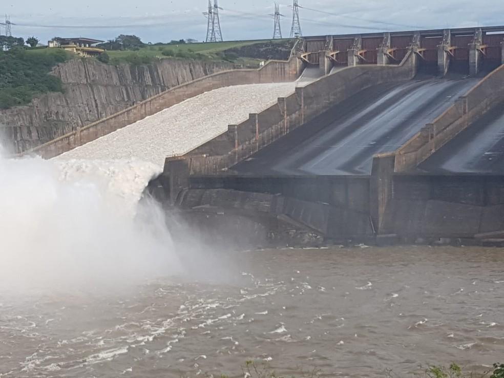 O excedente de água não usado na produção de energia escoado por uma das três calhas era o equivalente à vazão média das Cataratas do Iguaçu, 1,4 milhão de litros por segundo — Foto: Adenésio Zanella/Itaipu Binacional