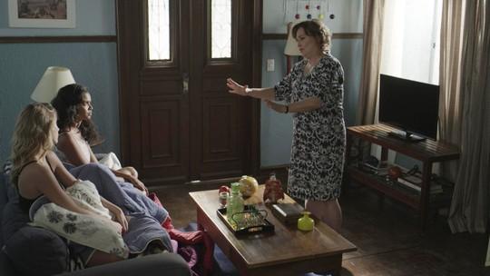 Bárbara e Joana dormem no sofá na casa de Irene