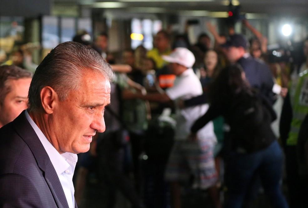 Tite no desembarque da seleção brasileira no Rio de Janeiro (Foto: Reuters)