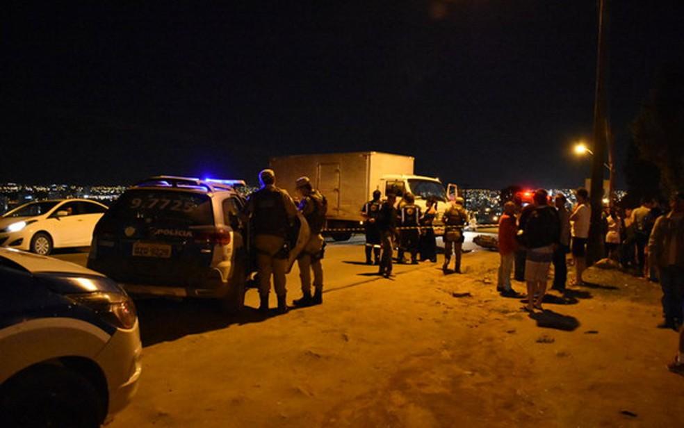 Acidente ocorreu no momento em que o caminhão fazia uma curva  (Foto: Anderson Oliveira/Blog do Anderson)