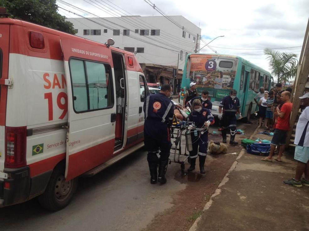 Homem teve as pernas esmagadas após ser atropelado por ônibus em Montes Claros — Foto: Valdivan Veloso/G1