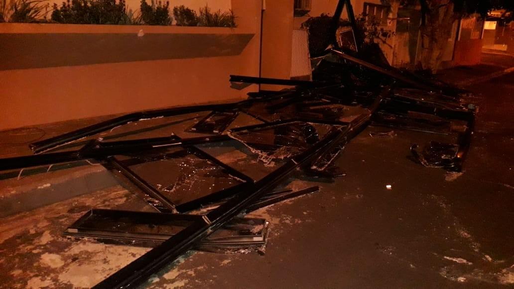 Vendaval derruba árvores, causa desabamento de estrutura de elevador, deixa Guarda sem atendimento e provoca estragos em Rancharia - Noticias