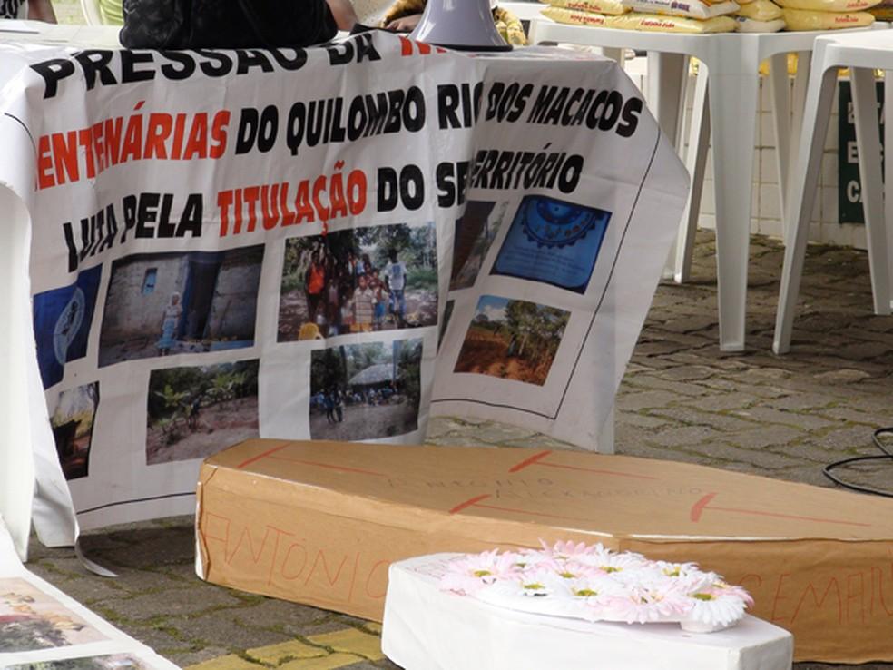 Manifestação de moradores do Quilombo Rio dos Macacos contra violência — Foto: Gabriel Gonçalves/G1