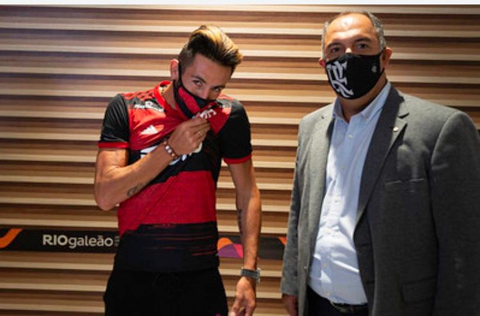 Isla ao lado do vice de futebol Marcos Braz no aeroporto do Rio — Foto: Alexandre Vidal / Flamengo