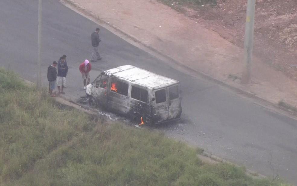 Carro queimado próximo a ataque a carro-forte (Foto: Reprodução/TV Globo)