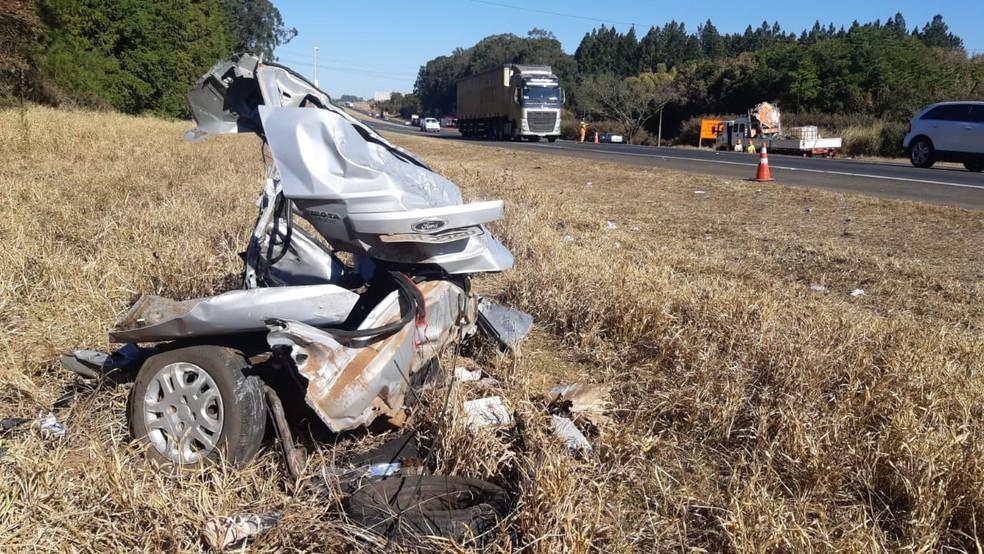 Três pessoas morrem em acidente envolvendo quatro carros na SP-310 em Itirapina — Foto: Gustavo Porto/EPTV