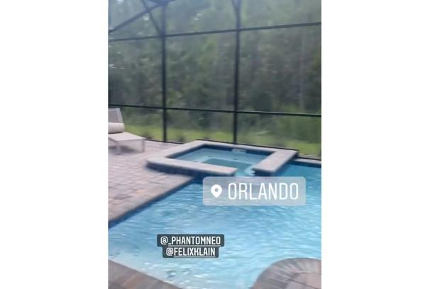 Piscina da casa em que Anitta está hospedada em Orlando (Foto: Reprodução)