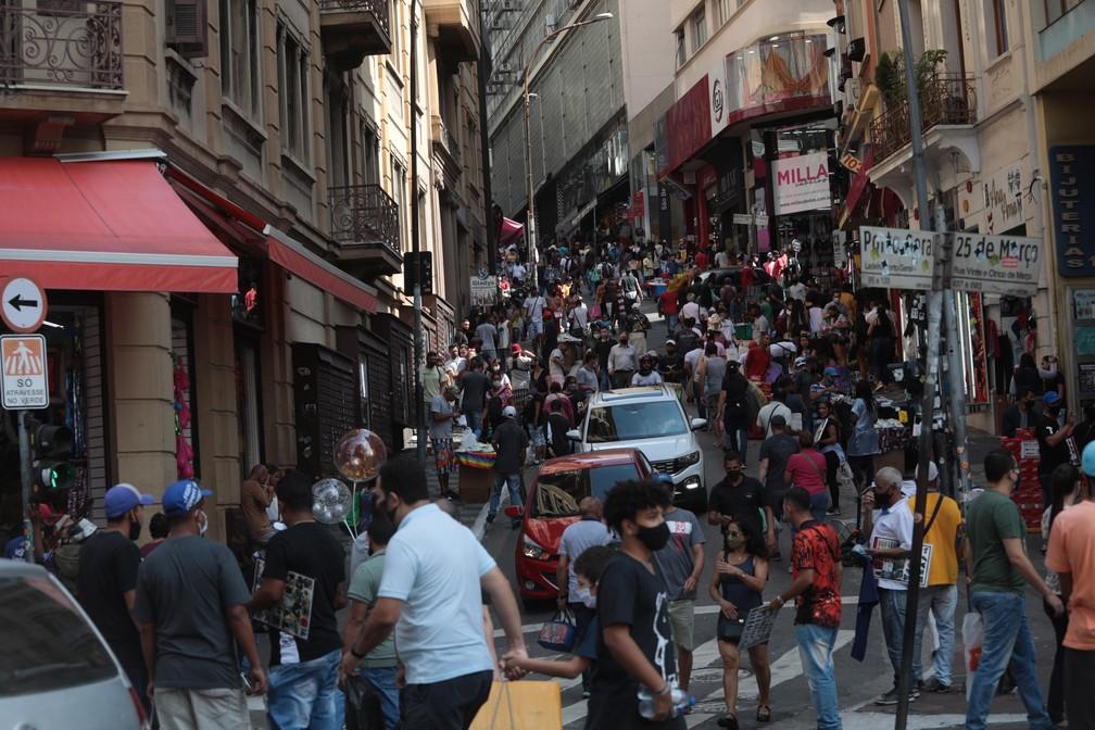 Movimentação de consumidores na Rua 25 de Março em São Paulo (SP), neste sábado (24).   — Foto: RENATO S. CERQUEIRA/FUTURA PRESS/ESTADÃO CONTEÚDO