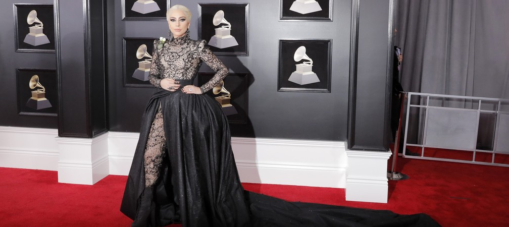 Lady Gaga posa no tapete vermelho do Grammy 2018 (Foto: Reuters)