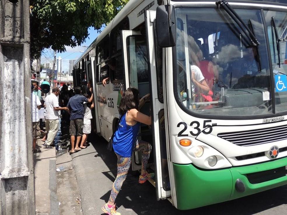 Itinerário de quatro linhas de ônibus sofre alterações devido a condições precárias da Avenida Luis Correia de Brito (Foto: Katherine Coutinho/G1)